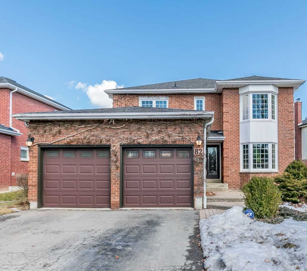 Main Photo: 82 Lipton Cres in Whitby: Freehold for sale : MLS®# E4402957