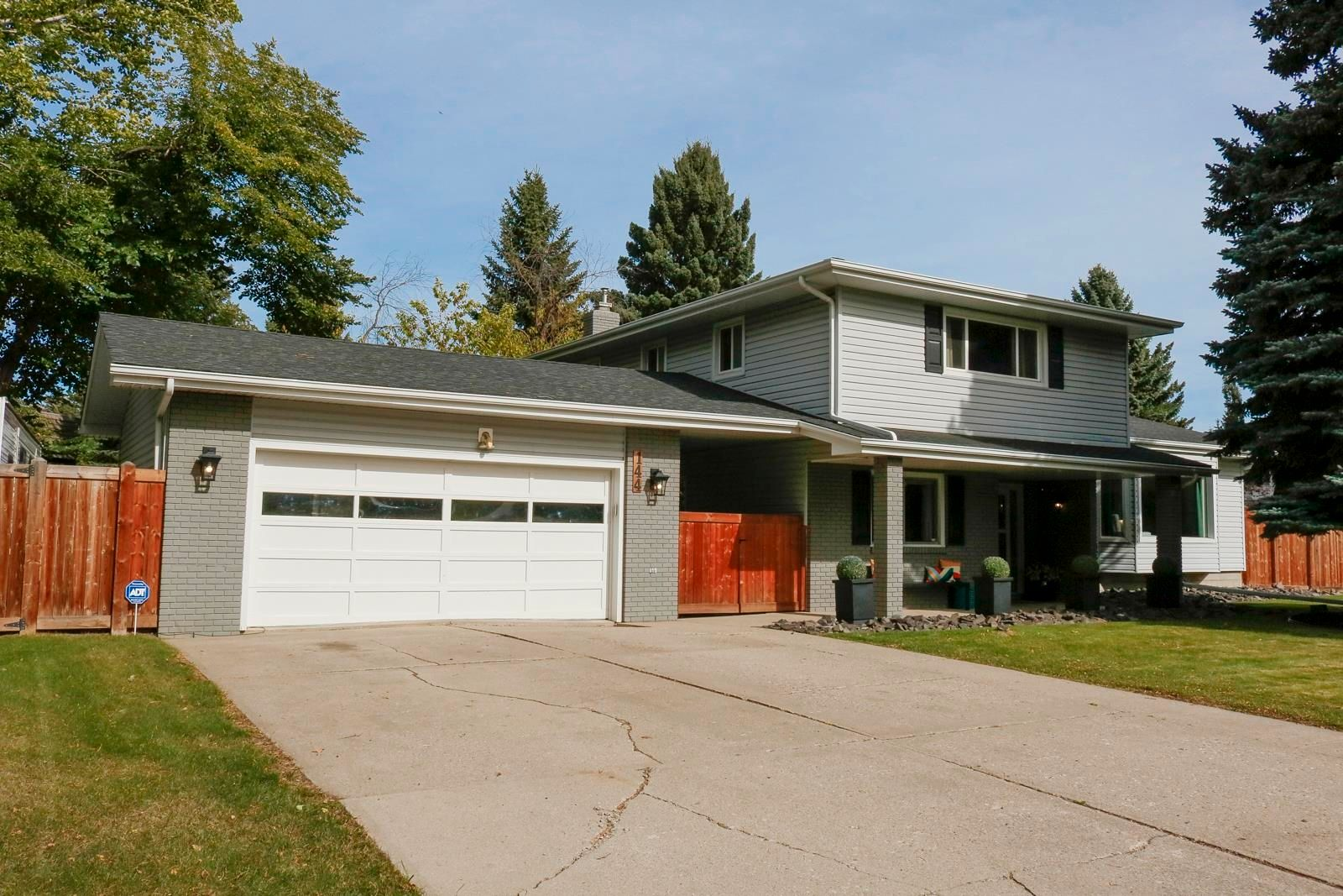 Main Photo: 144 QUESNELL Crescent in Edmonton: Zone 22 House for sale : MLS®# E4265039