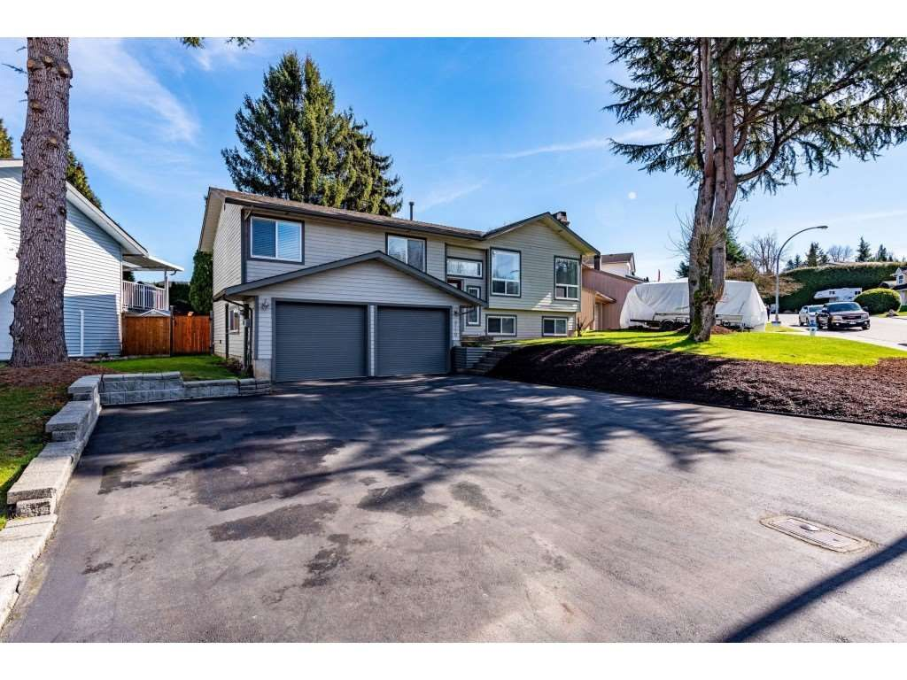 Main Photo: 3710 ROBSON Drive in Abbotsford: Abbotsford East House for sale : MLS®# R2561263