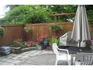 Photo 7: 2 2650 Shelbourne St in VICTORIA: Vi Oaklands Row/Townhouse for sale (Victoria)  : MLS®# 439697