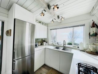 "Photo 4: 2028 OCEAN BEACH Esplanade in Gibsons: Roberts Creek House for sale in ""WHITAKER BEACH"" (Sunshine Coast)  : MLS®# R2546949"