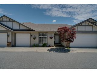 """Photo 2: 93 8590 SUNRISE Drive in Chilliwack: Chilliwack Mountain Townhouse for sale in """"MAPLE HILLS"""" : MLS®# R2284999"""