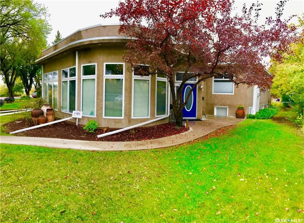 Main Photo: 1131 Spadina Crescent West in Saskatoon: Holiday Park Residential for sale : MLS®# SK747339