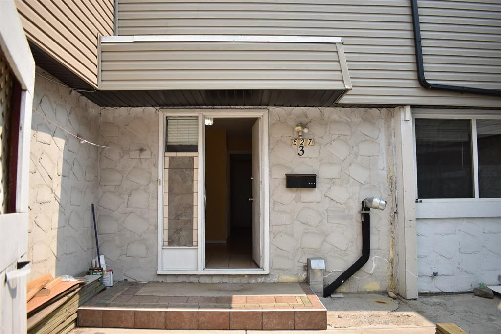 Main Photo: 3 527 64 Avenue NE in Calgary: Thorncliffe Row/Townhouse for sale : MLS®# A1130667
