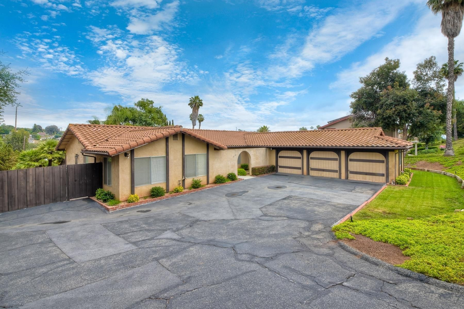 Main Photo: House for sale : 4 bedrooms : 1650 Citrus Hills Ln in Escondido