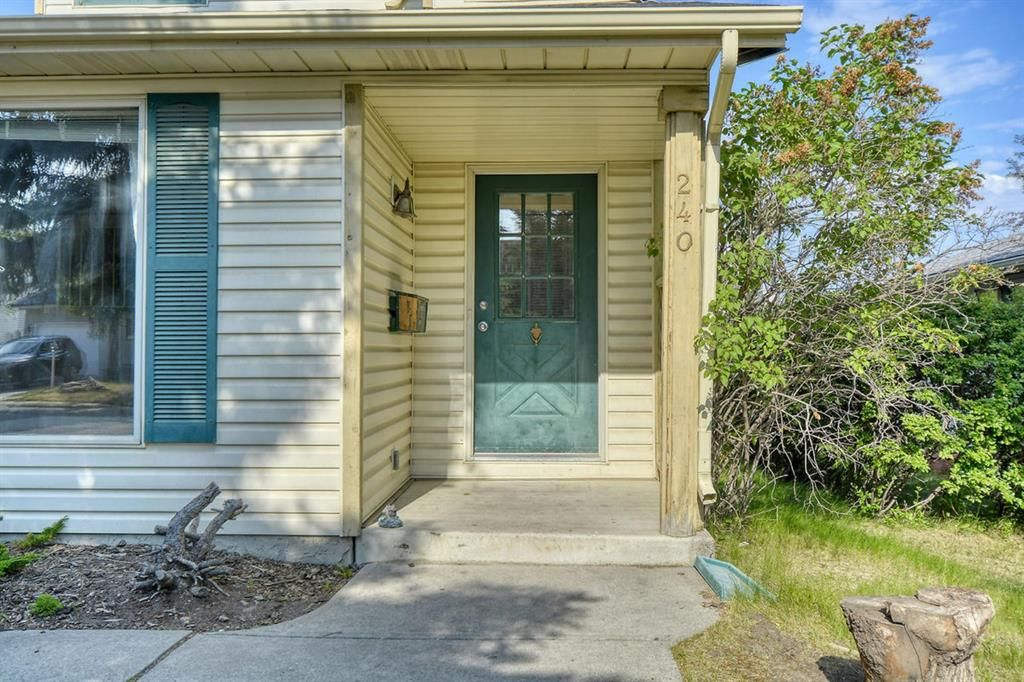 Main Photo: 240 Scenic Way NW in Calgary: Scenic Acres Detached for sale : MLS®# A1125995