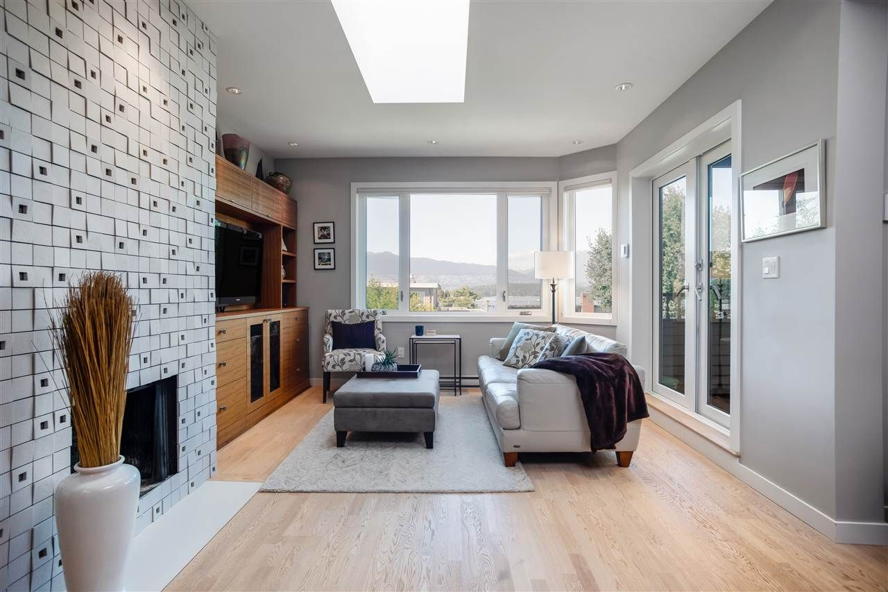 "Main Photo: 11 1620 BALSAM Street in Vancouver: Kitsilano Condo for sale in ""Old Kits Townhomes"" (Vancouver West)  : MLS®# R2484749"