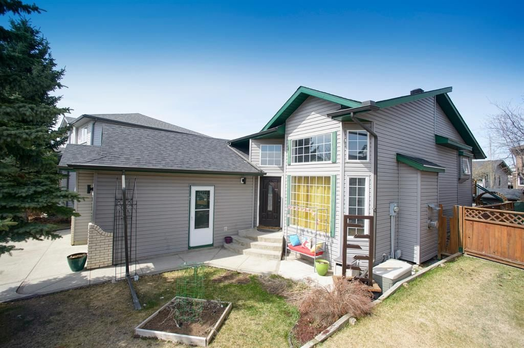 Main Photo: 318 Meadowbrook Bay SE: Airdrie Detached for sale : MLS®# A1101593