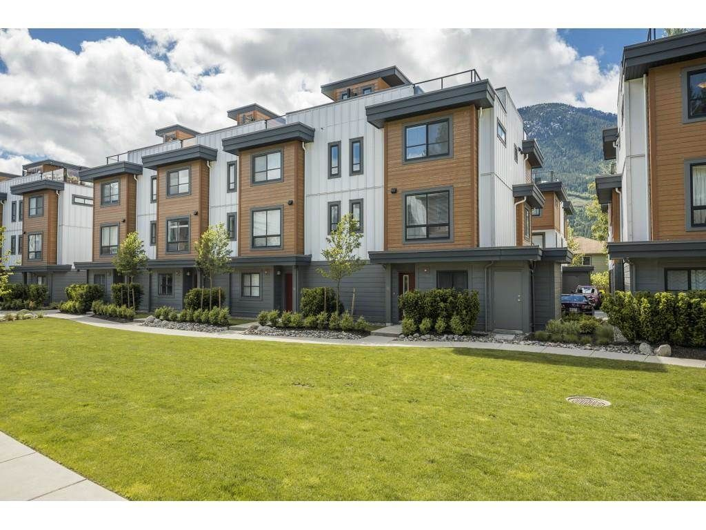 """Main Photo: 18 39769 GOVERNMENT Road in Squamish: Northyards Townhouse for sale in """"BREEZE"""" : MLS®# R2589642"""