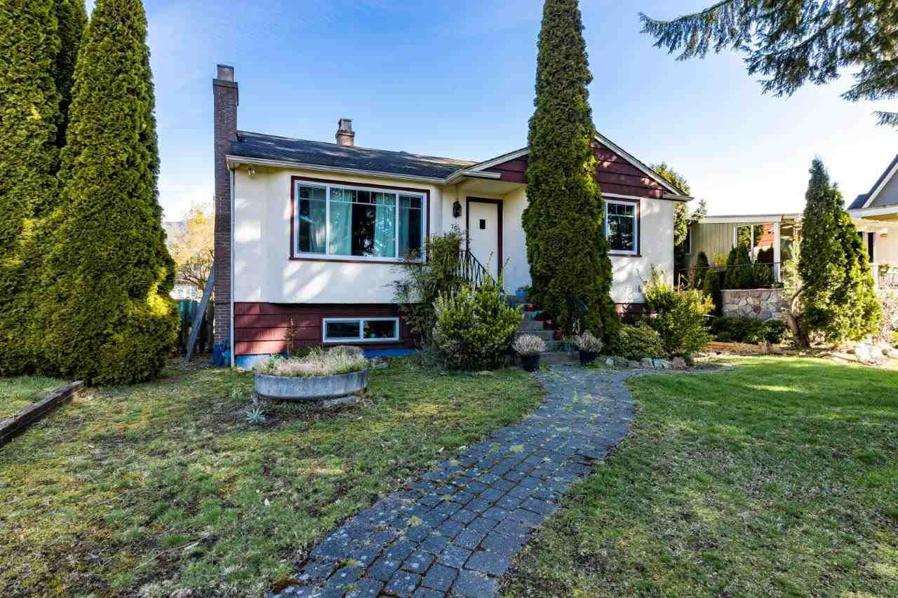 Main Photo: 752 E 11TH Street in North Vancouver: Boulevard House for sale : MLS®# R2560531