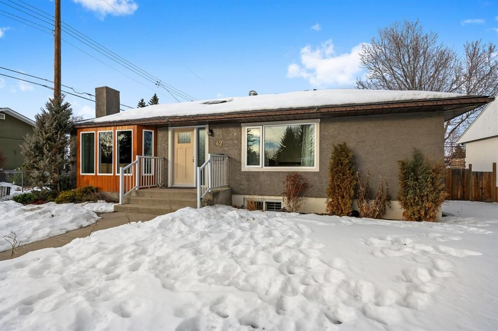 Main Photo: 42 Gladeview Crescent SW in Calgary: Glamorgan Detached for sale : MLS®# A1057775