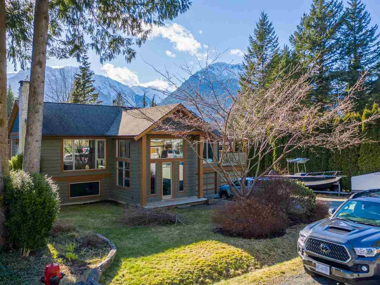Main Photo: 40435 FRIEDEL Crescent in Squamish: Garibaldi Highlands House for sale : MLS®# R2561568