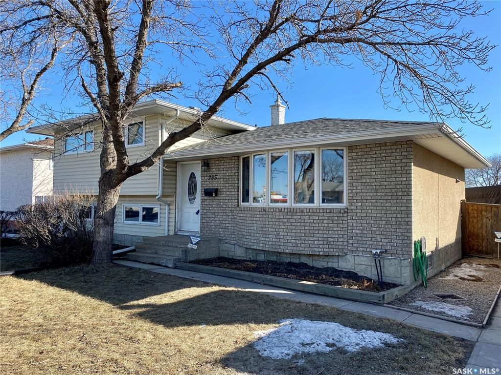 Main Photo: 235 McCarthy Boulevard North in Regina: Normanview Residential for sale : MLS®# SK850872