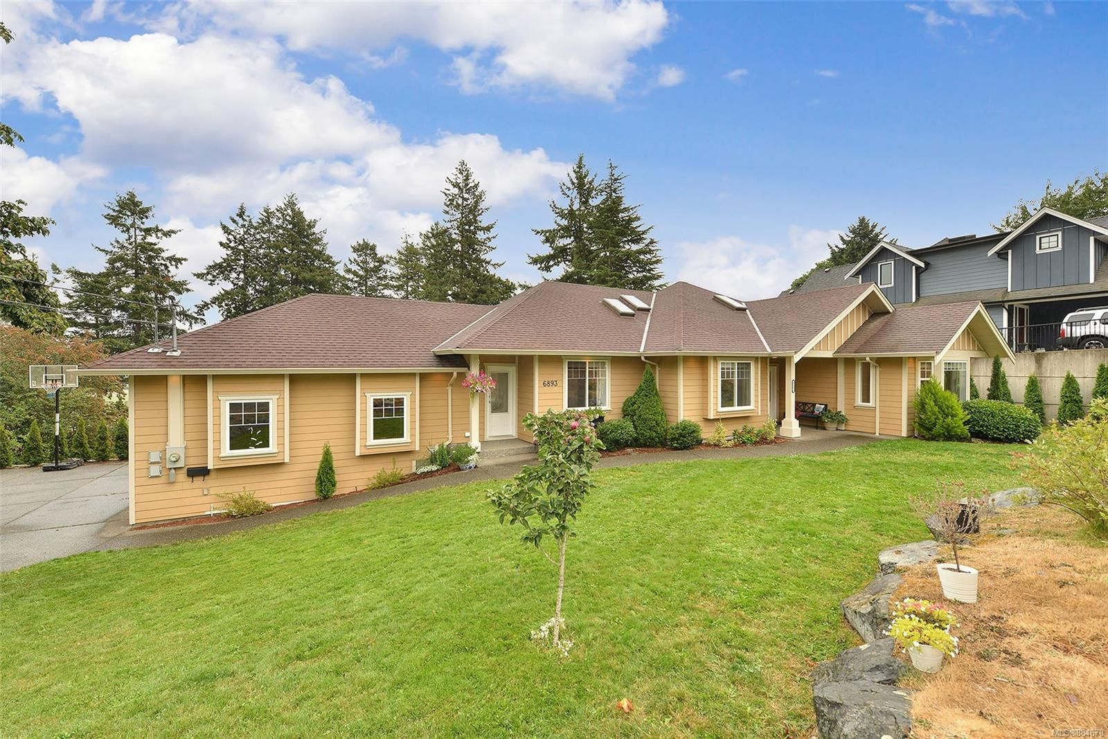 Main Photo: 6893 Saanich Cross Rd in : CS Tanner House for sale (Central Saanich)  : MLS®# 884678