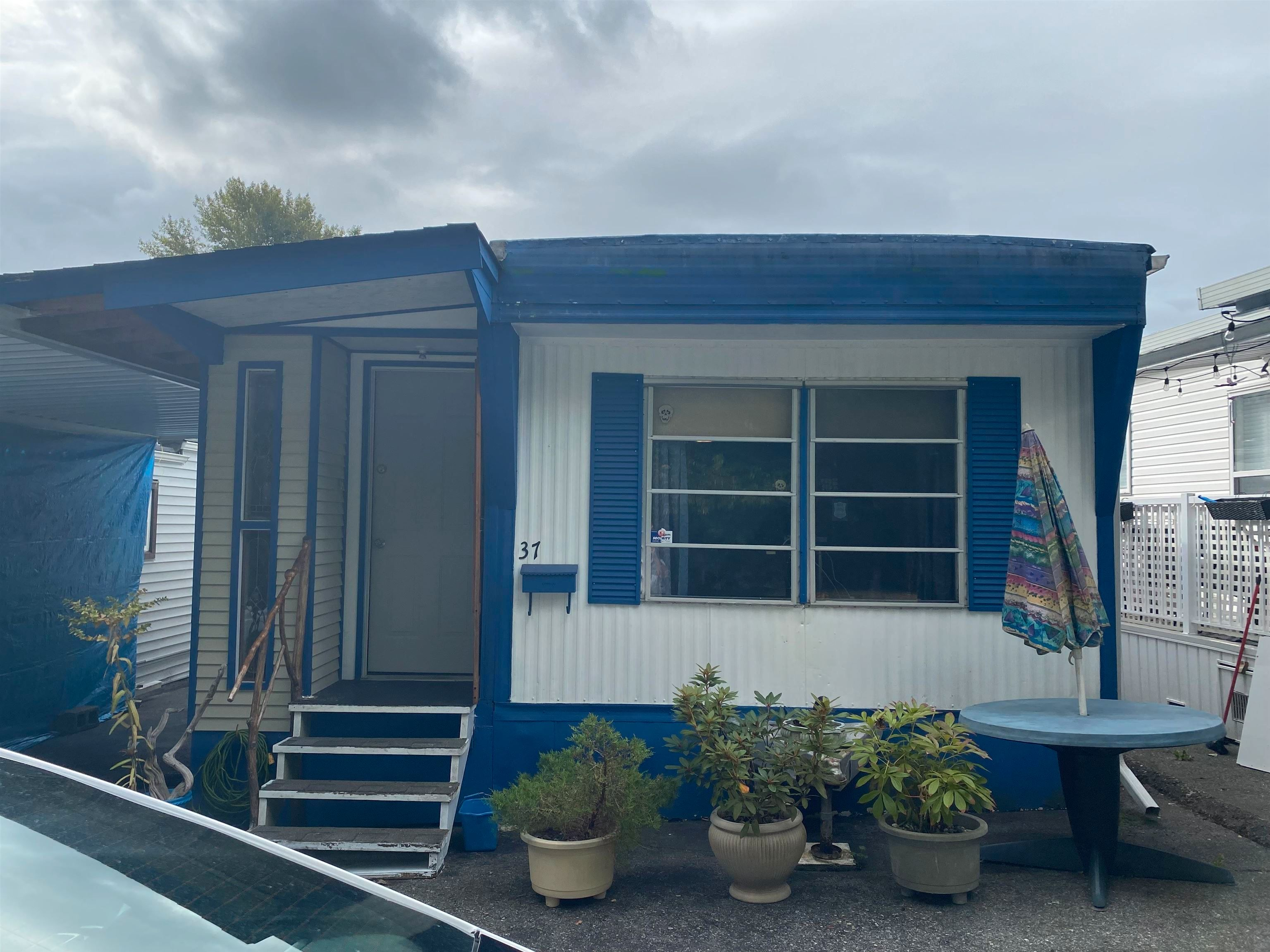 """Main Photo: 37 8266 KING GEORGE Boulevard in Surrey: Fleetwood Tynehead Manufactured Home for sale in """"Plaza"""" : MLS®# R2616816"""