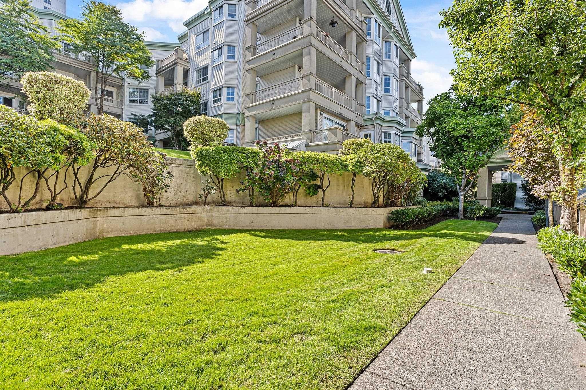"""Main Photo: 426 15268 105 Avenue in Surrey: Guildford Condo for sale in """"Georgian Gardens"""" (North Surrey)  : MLS®# R2621036"""