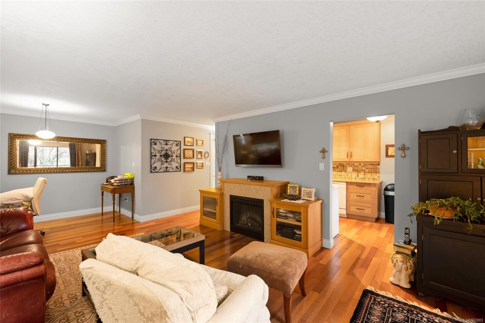Main Photo: 302 1665 Oak Bay Ave in Victoria: Vi Rockland Condo for sale : MLS®# 862883