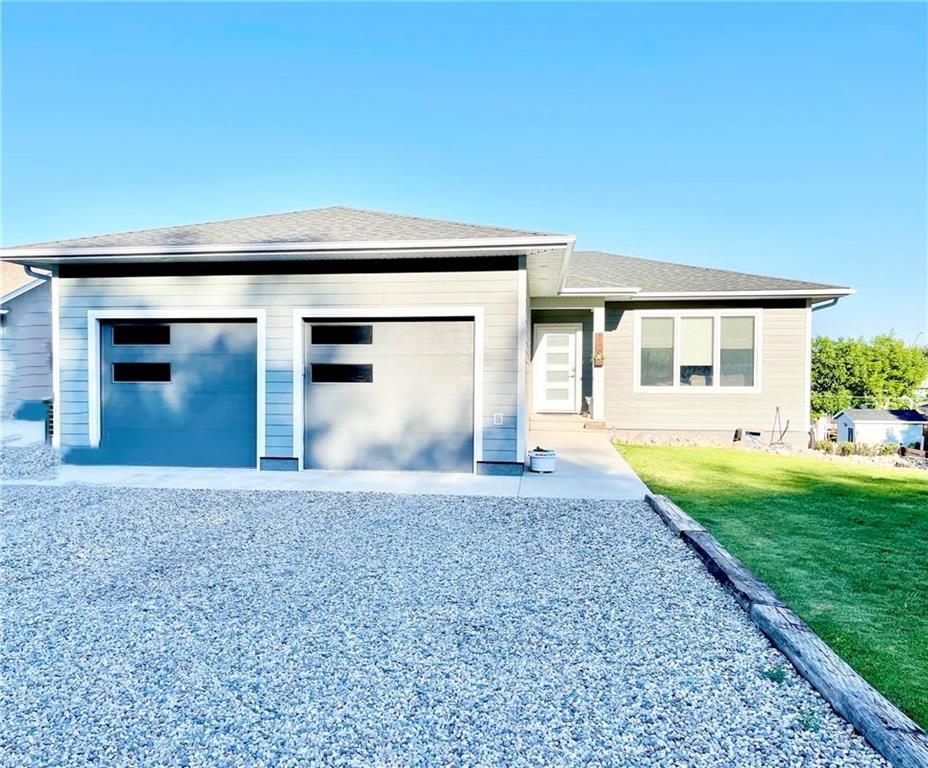Main Photo: 346 3RD Street Northeast in Minnedosa: Residential for sale (R36 - Beautiful Plains)  : MLS®# 202116470