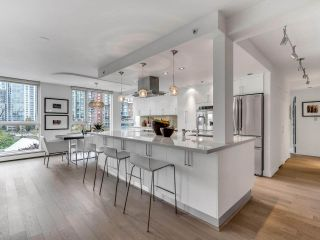 """Photo 4: 801 1383 MARINASIDE Crescent in Vancouver: Yaletown Condo for sale in """"COLUMBUS"""" (Vancouver West)  : MLS®# R2504775"""