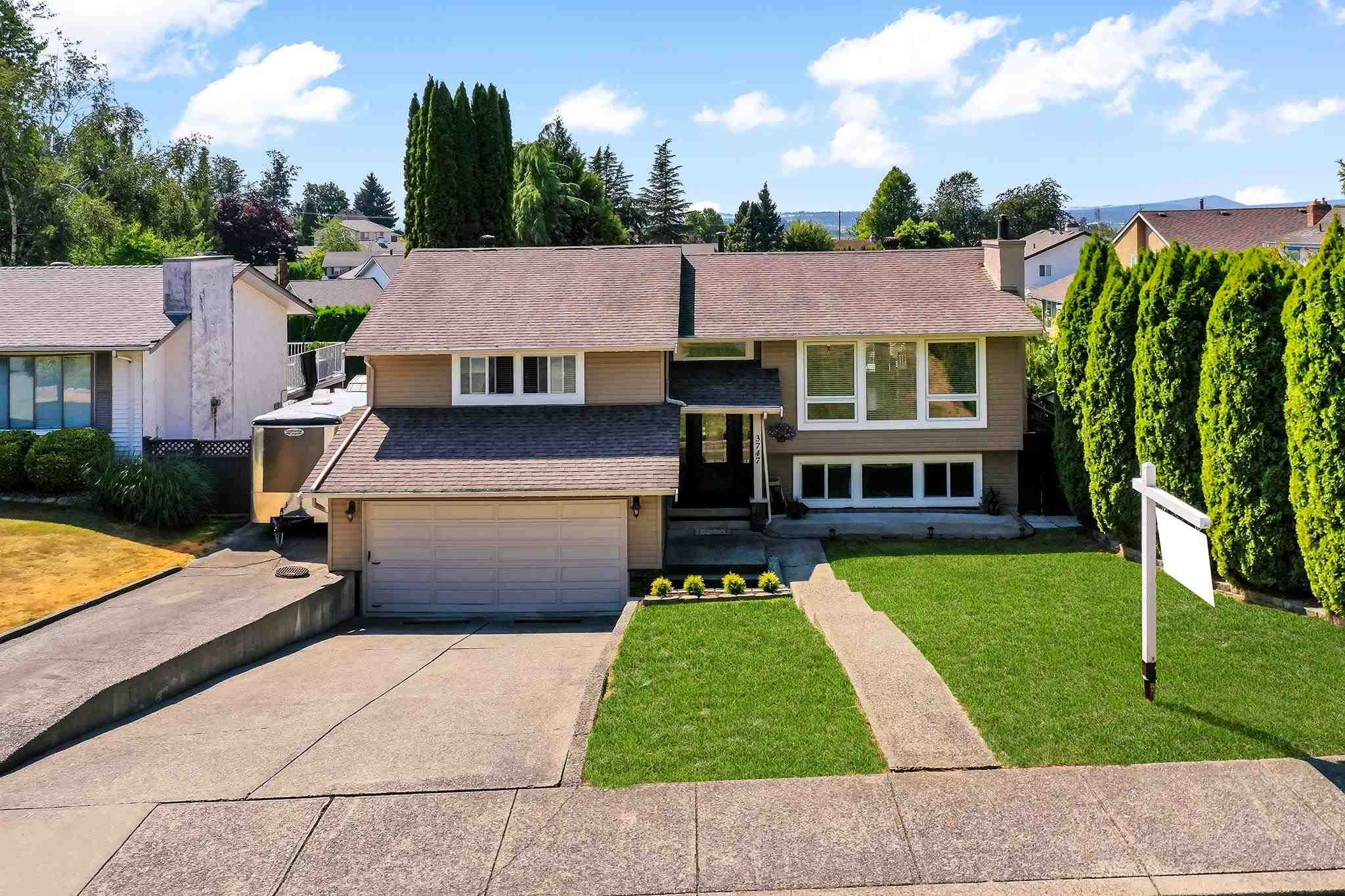 """Main Photo: 3747 SANDY HILL Crescent in Abbotsford: Abbotsford East House for sale in """"Sandy Hill"""" : MLS®# R2601199"""