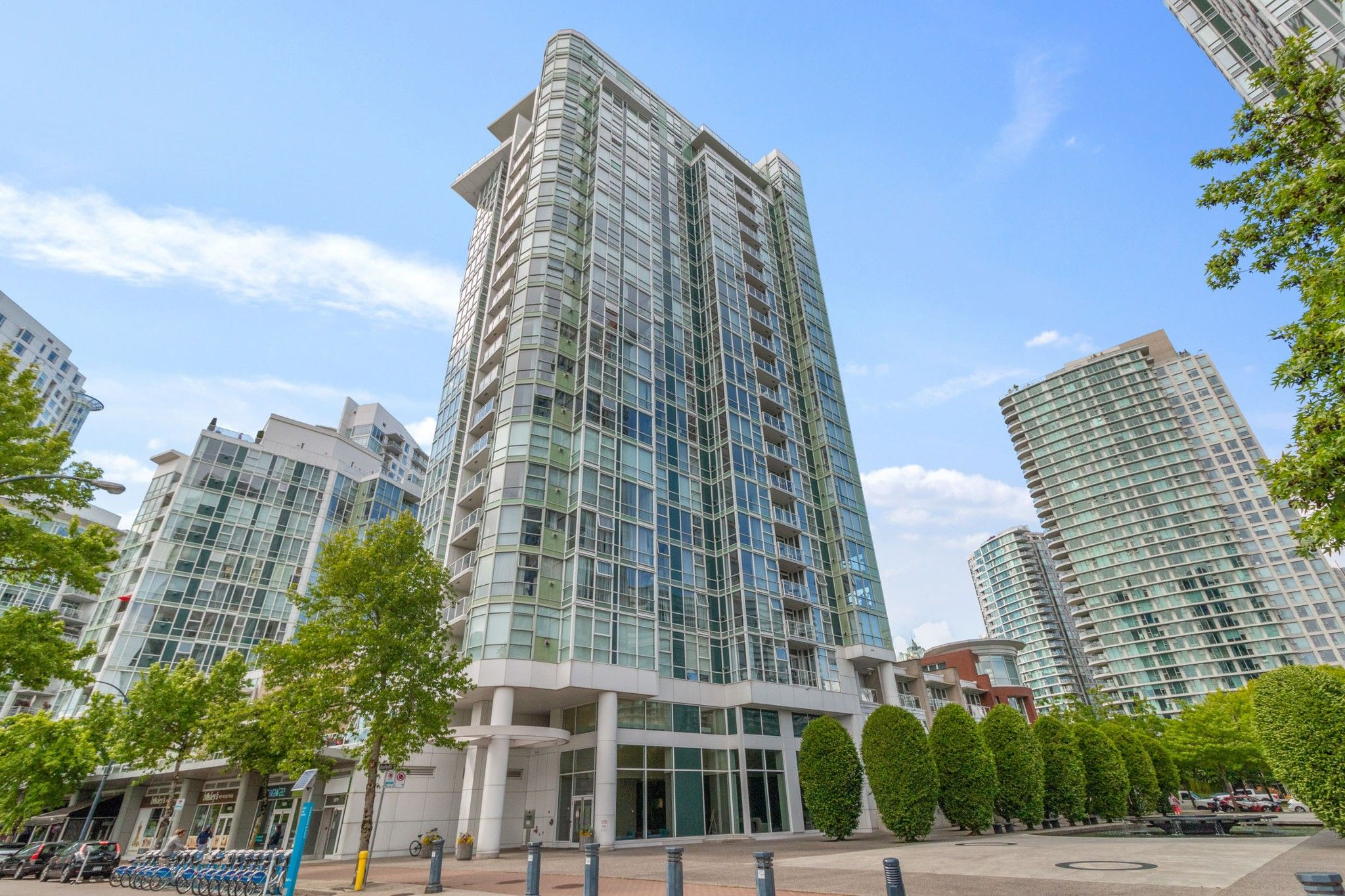 """Main Photo: 805 1077 MARINASIDE Crescent in Vancouver: Yaletown Condo for sale in """"MARINASIDE RESORT RESIDENCES"""" (Vancouver West)  : MLS®# R2582229"""