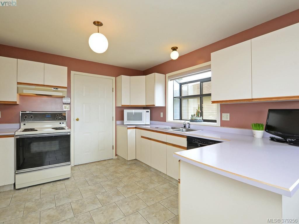 Photo 3: Photos: 543 Delora Drive in Victoria: Co Triangle House for sale (Colwood)  : MLS®# 379256