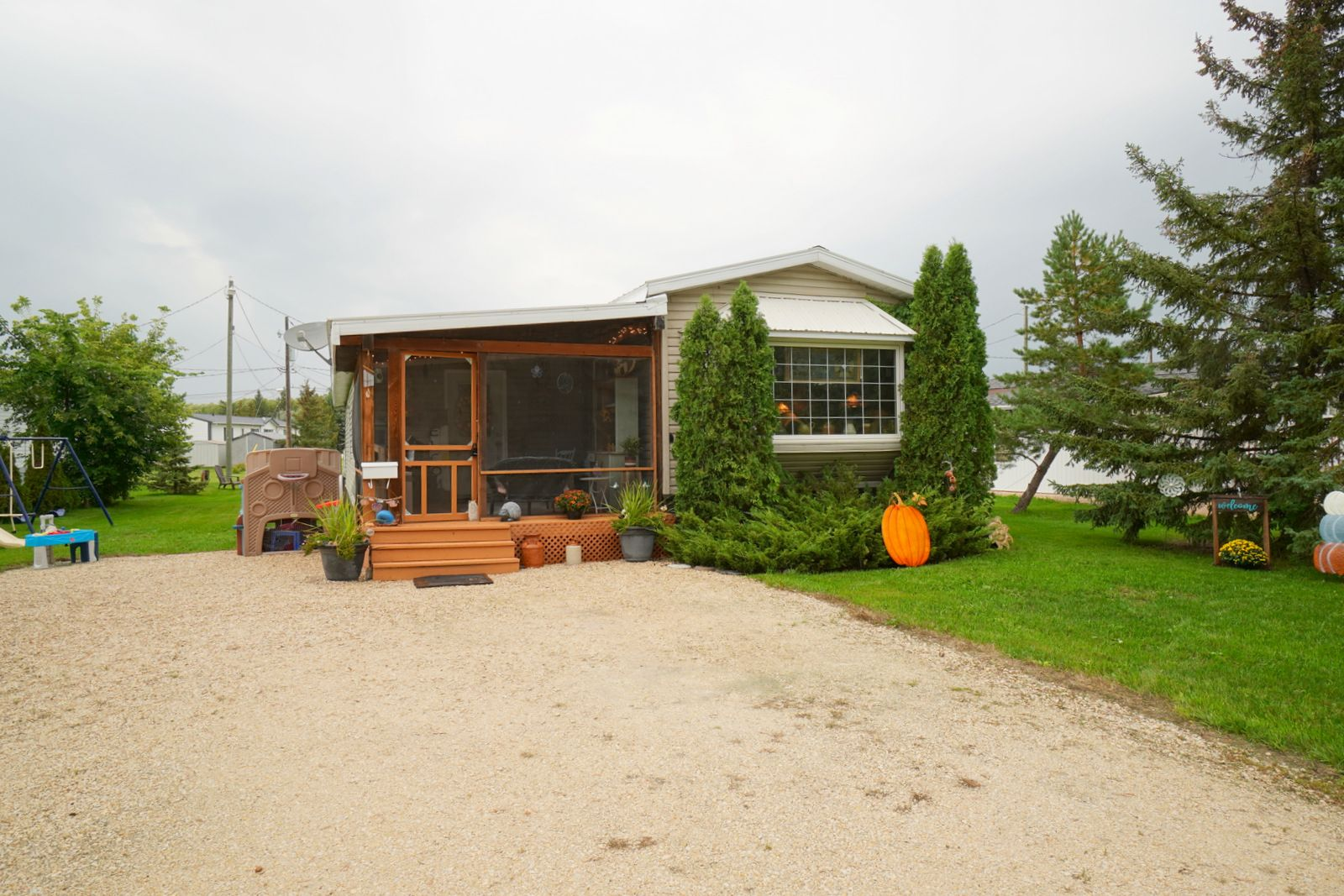 Main Photo: 7 King Crescent in Portage la Prairie RM: House for sale : MLS®# 202121912
