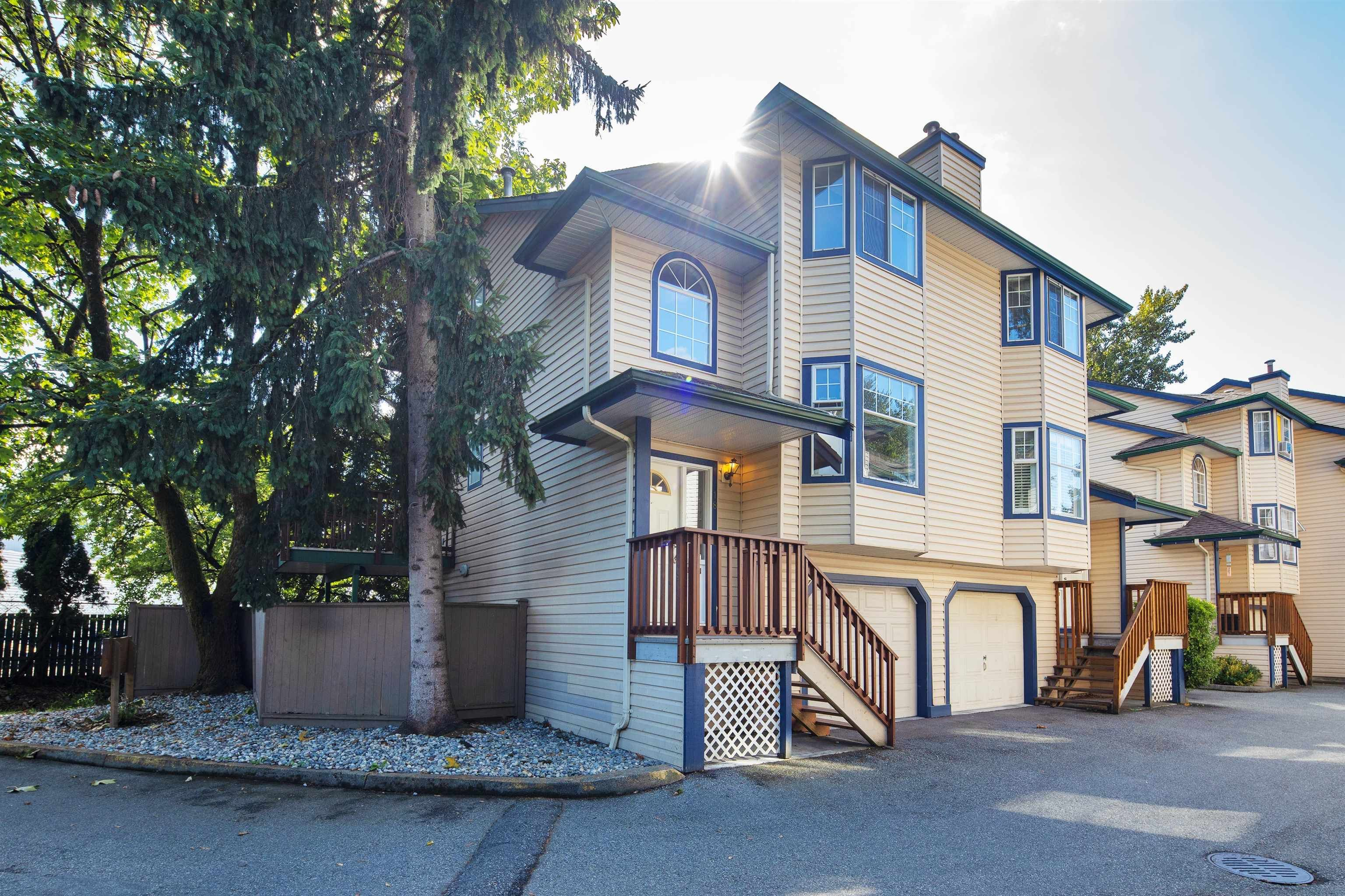 """Main Photo: 18 2525 SHAFTSBURY Place in Port Coquitlam: Woodland Acres PQ Townhouse for sale in """"SHAFTSBURY PLACE"""" : MLS®# R2618959"""