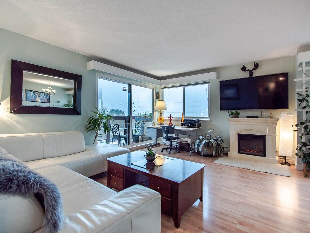 "Main Photo: 305 45 FOURTH Street in New Westminster: Downtown NW Condo for sale in ""DORCHESTER"" : MLS®# R2515848"