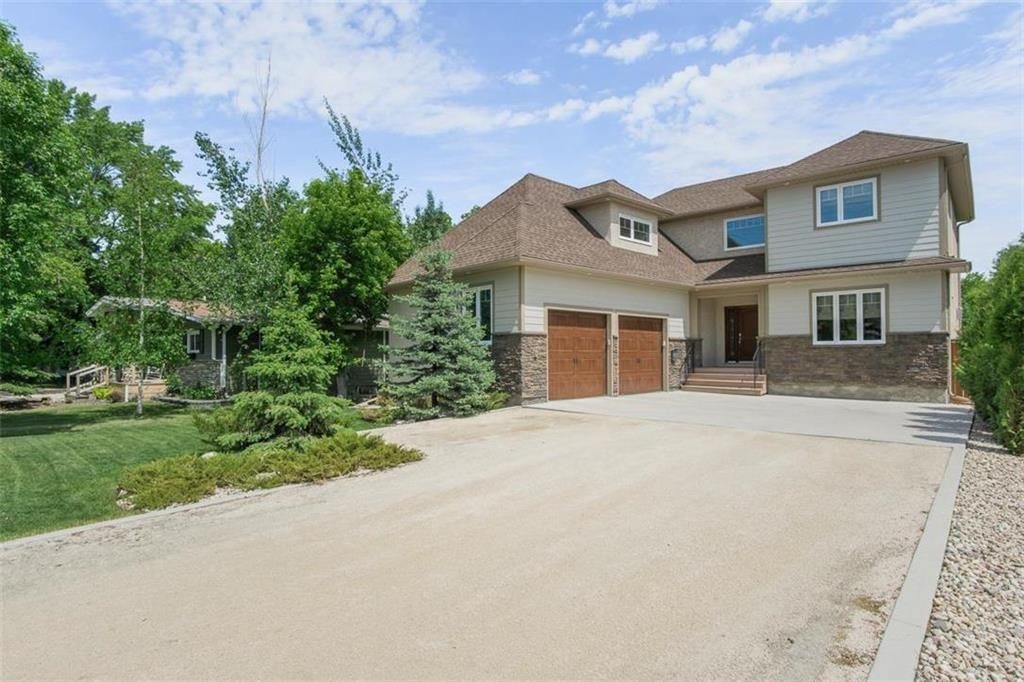 Welcome to 647 Oakdale in beautiful Charleswood!  Feels like country living in the city!