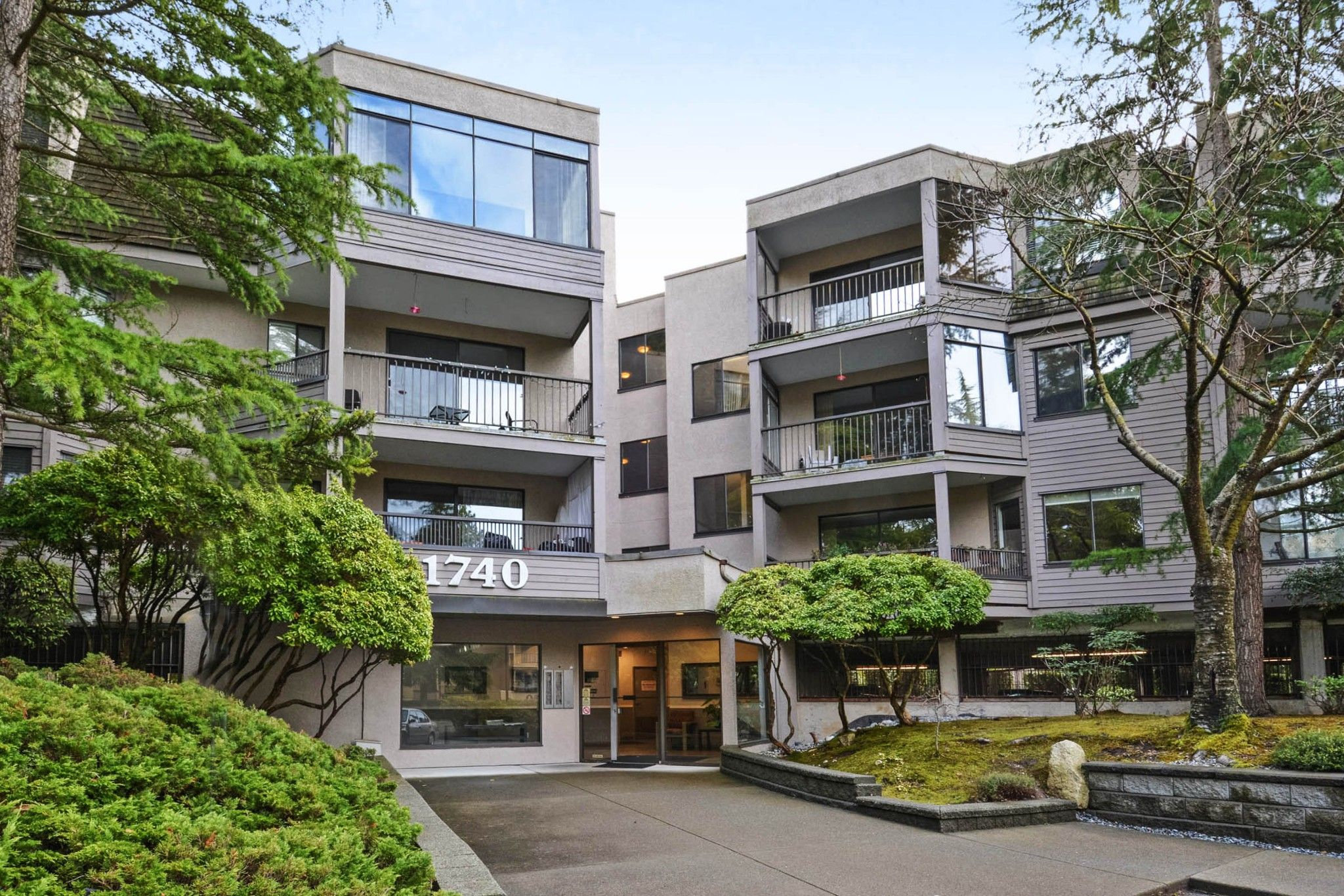 """Main Photo: 208 1740 SOUTHMERE Crescent in Surrey: Sunnyside Park Surrey Condo for sale in """"CAPSTAN WAY"""" (South Surrey White Rock)  : MLS®# R2234787"""