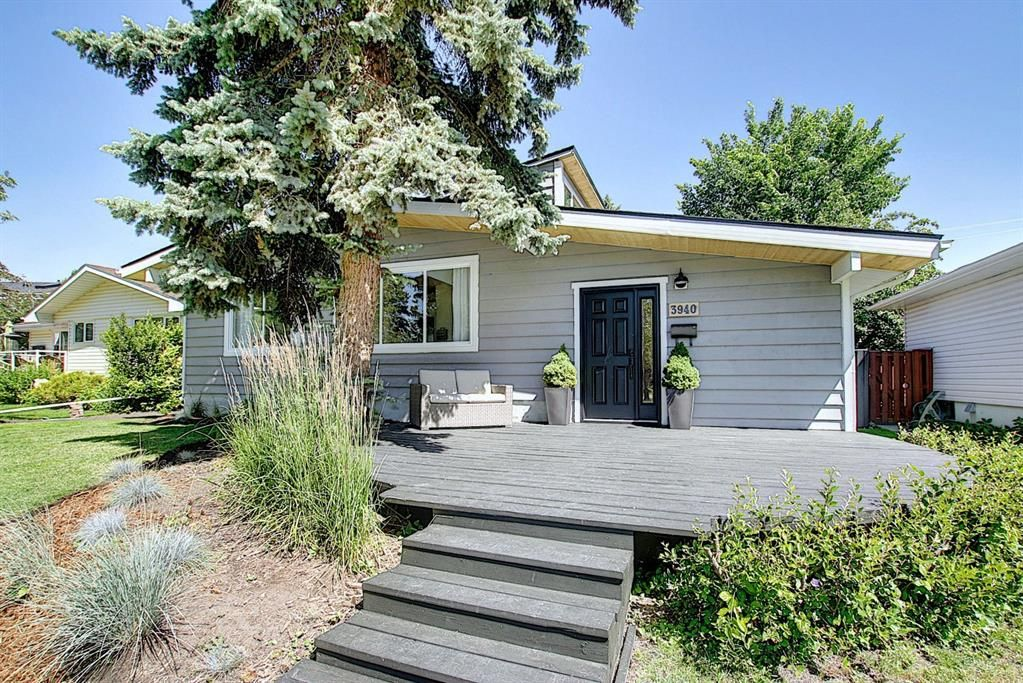 Main Photo: 3940 VINCENT Place NW in Calgary: Varsity Detached for sale : MLS®# A1061054