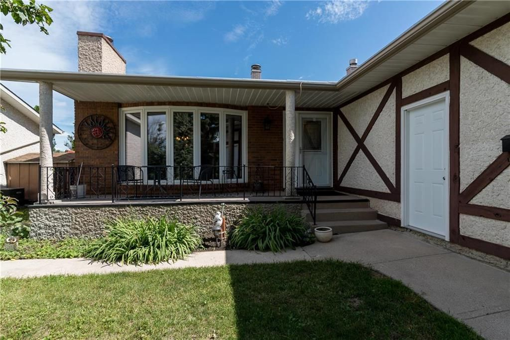 Main Photo: 19 Thornbury Crescent in Winnipeg: Oakwood Estates Residential for sale (3H)  : MLS®# 202018546