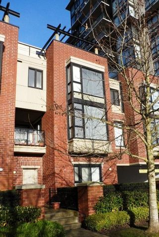 """Photo 2: # 6 - 11 E. Royal Avenue in New Westminster: Fraserview NW Townhouse for sale in """"VICTORIA HILL"""" : MLS®# R2033791"""