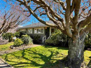 """Photo 3: 1066 CYPRESS Street: White Rock House for sale in """"Hillside"""" (South Surrey White Rock)  : MLS®# R2579690"""