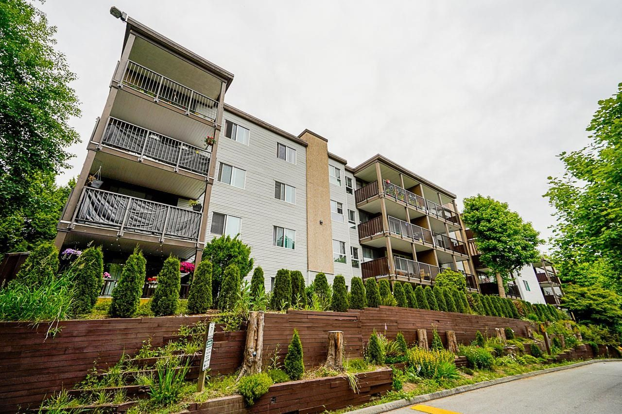 """Main Photo: G01 10698 151A Street in Surrey: Guildford Condo for sale in """"Lincoln Hill"""" (North Surrey)  : MLS®# R2617979"""