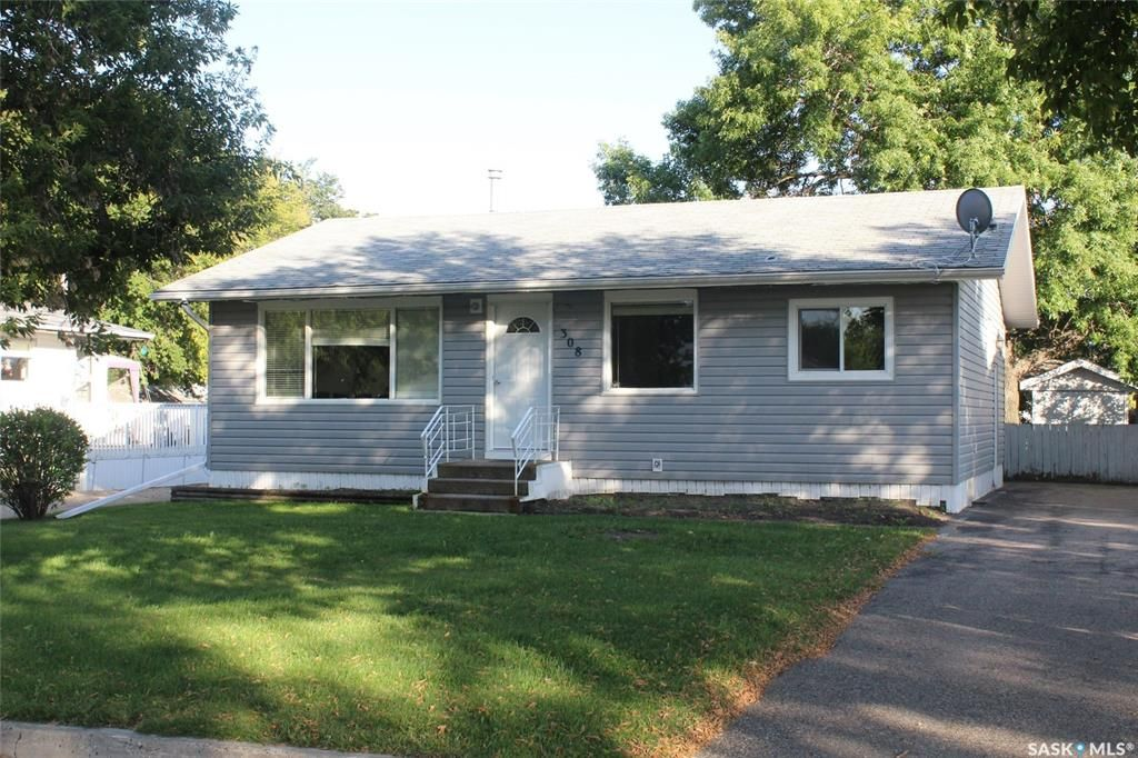Main Photo: 308 2nd Avenue East in Lampman: Residential for sale : MLS®# SK824556