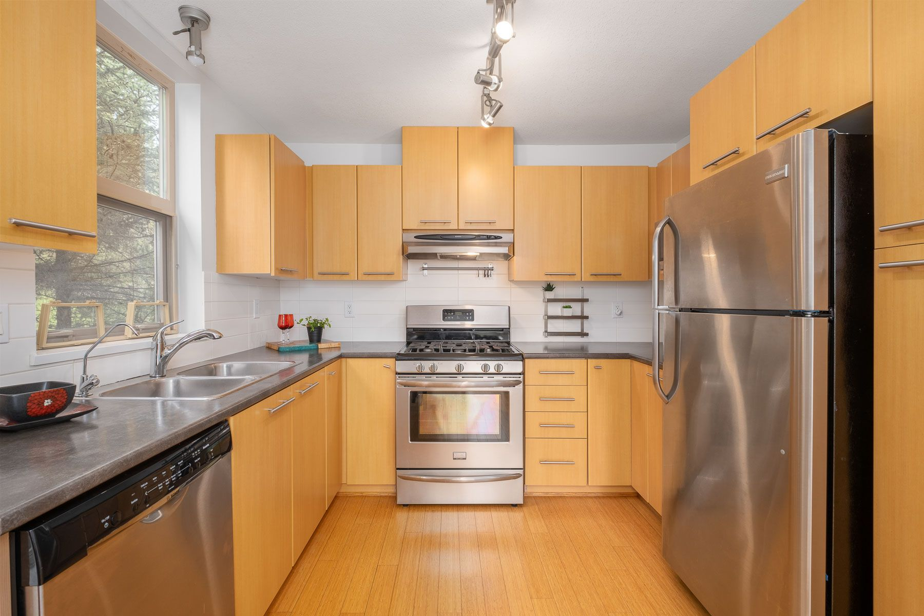 """Photo 8: Photos: 404 9339 UNIVERSITY Crescent in Burnaby: Simon Fraser Univer. Condo for sale in """"HARMONY AT THE HIGHLANDS"""" (Burnaby North)  : MLS®# R2578073"""