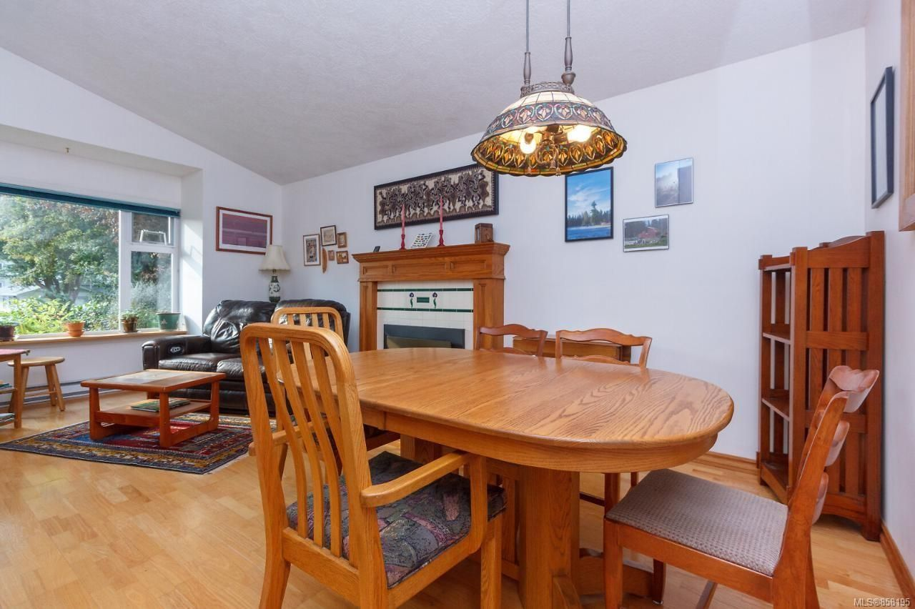 Photo 12: Photos: 1542 Westall Ave in : Vi Oaklands House for sale (Victoria)  : MLS®# 858195