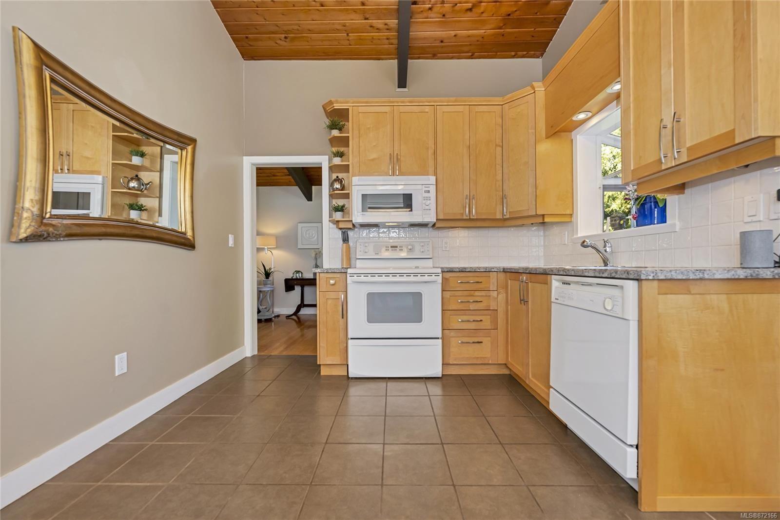 Photo 8: Photos: 1690 Blair Ave in : SE Lambrick Park House for sale (Saanich East)  : MLS®# 872166