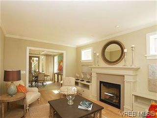 Photo 3: 211 Robertson St in VICTORIA: Vi Fairfield East House for sale (Victoria)  : MLS®# 585604