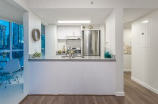 """Photo 6: 807 1188 HOWE Street in Vancouver: Downtown VW Condo for sale in """"1188 HOWE"""" (Vancouver West)  : MLS®# R2162667"""