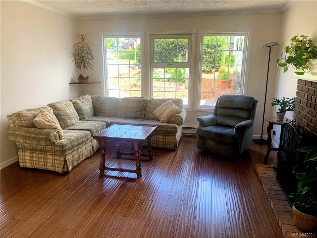 Photo 2: Photos: 2147 Weiler Ave in Sidney: Si Sidney South-West Half Duplex for sale : MLS®# 842931