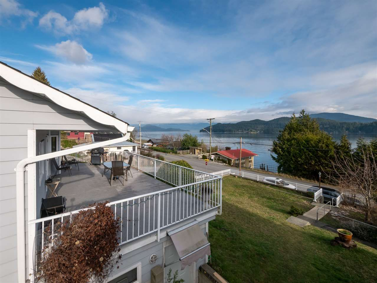 "Main Photo: 535 MARINE Drive in Gibsons: Gibsons & Area House for sale in ""LOWER GIBSONS"" (Sunshine Coast)  : MLS®# R2464583"