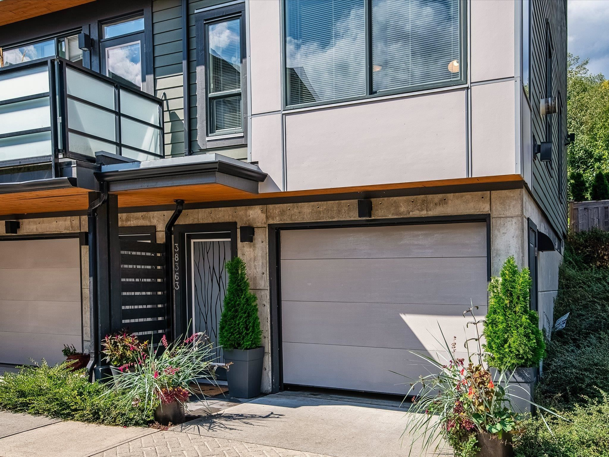 """Main Photo: 38363 SUMMITS VIEW Drive in Squamish: Downtown SQ Townhouse for sale in """"EAGLE WIND AT NATURES GATE"""" : MLS®# R2618293"""