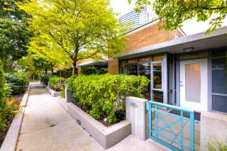 Photo 2: 2G 1067 MARINASIDE Crescent in Vancouver: Yaletown Townhouse for sale (Vancouver West)  : MLS®# R2590962