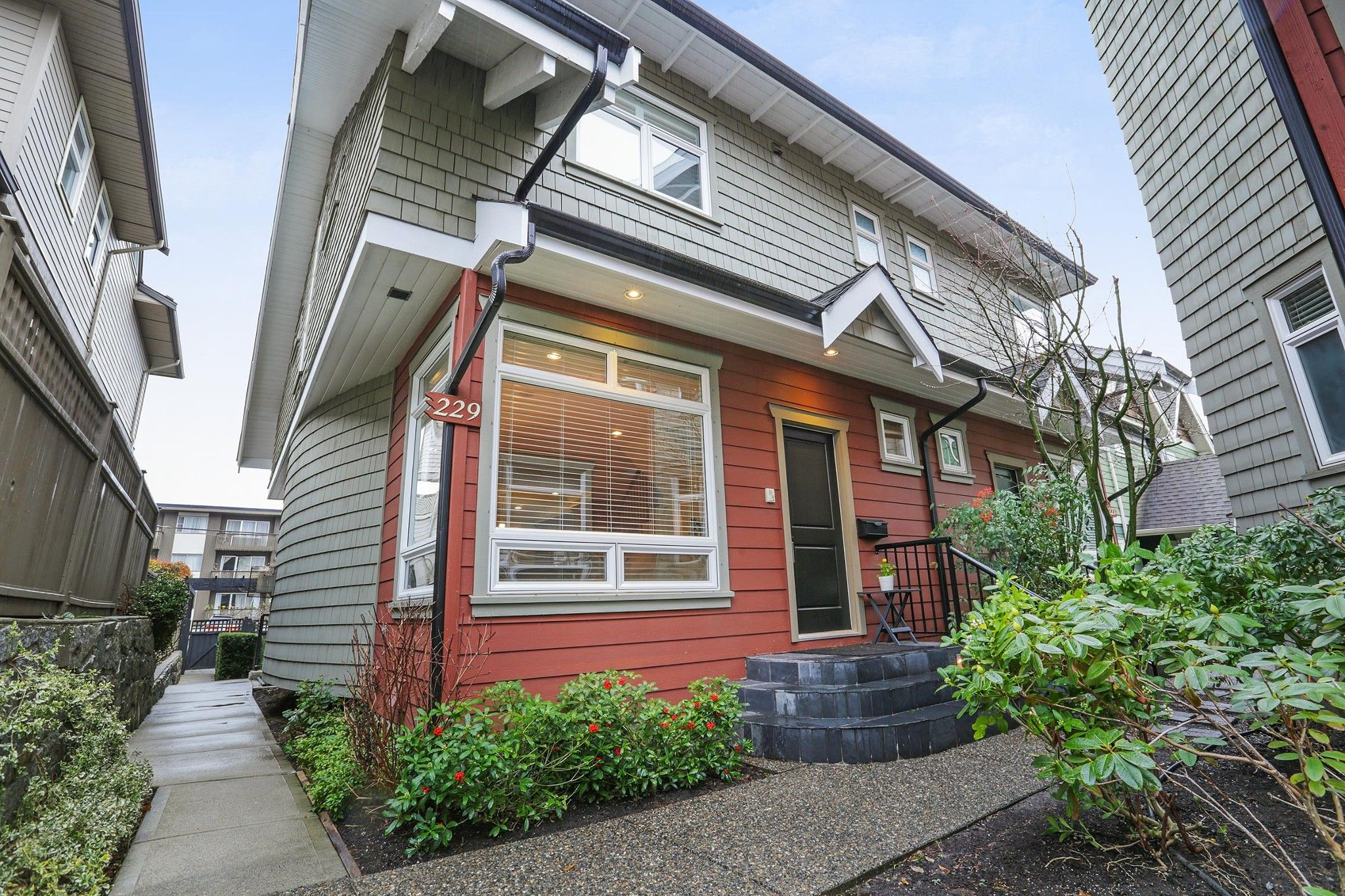 Main Photo: 229 E 17TH Street in North Vancouver: Central Lonsdale 1/2 Duplex for sale : MLS®# R2252507