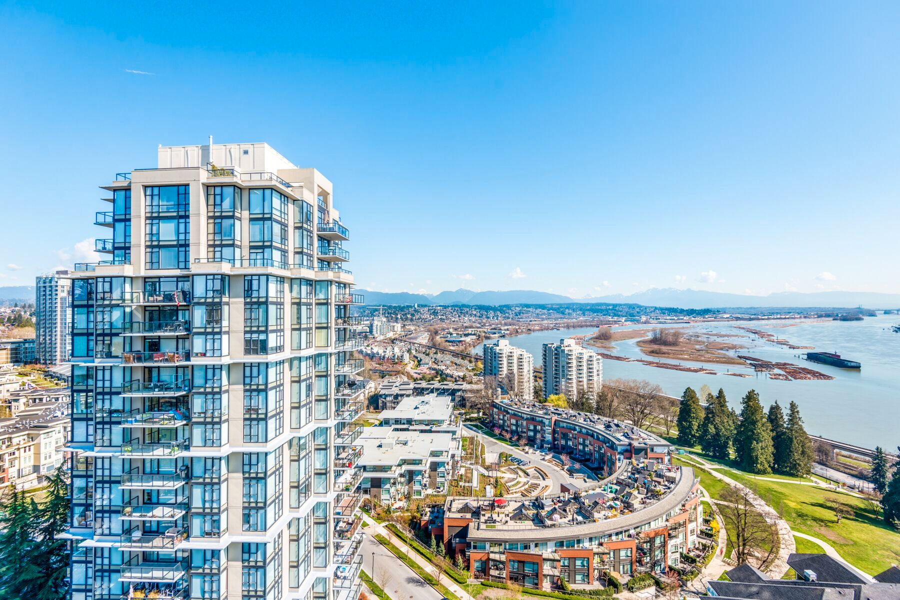 """Main Photo: 1903 11 E ROYAL Avenue in New Westminster: Fraserview NW Condo for sale in """"""""THE RESIDENCES OF VICTORIA HILL"""""""" : MLS®# R2354217"""