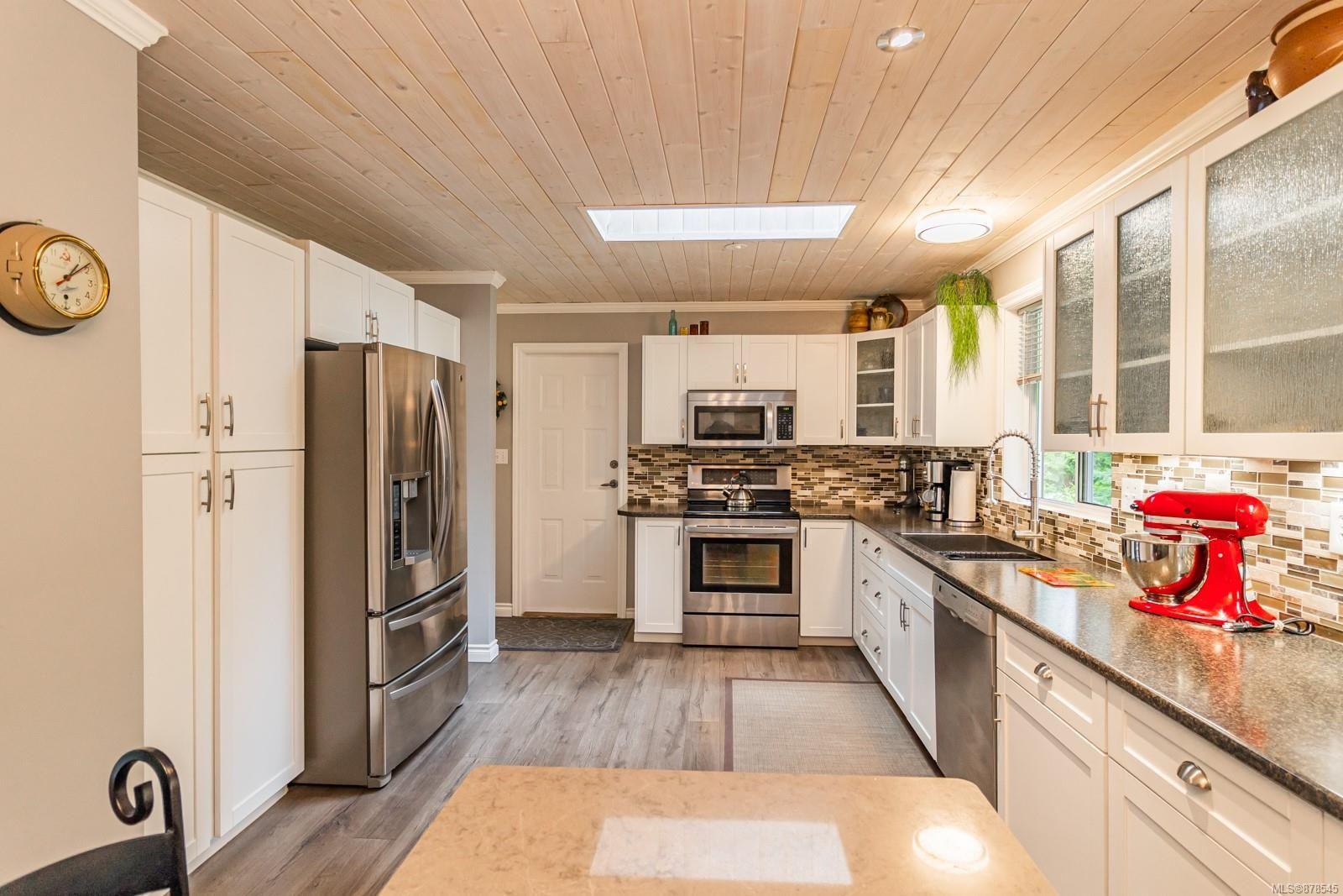 Photo 2: Photos: 1070 Symons Cres in : PQ Qualicum Beach House for sale (Parksville/Qualicum)  : MLS®# 878545