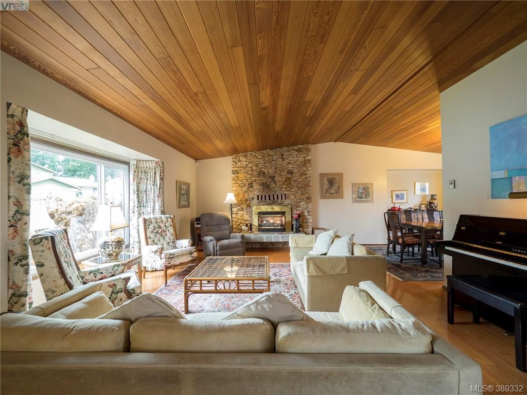 Main Photo: 734 E Viaduct Ave in VICTORIA: SW Royal Oak House for sale (Saanich West)  : MLS®# 782523